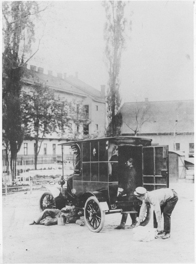 Csonka-féle postai gépkocsi a Kőbányai úti járműtelep udvarán