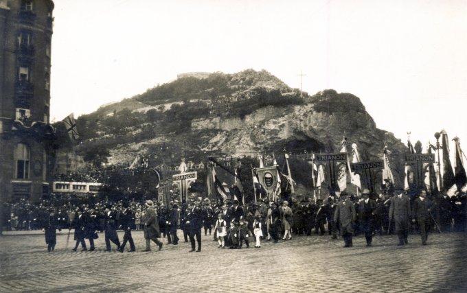 Trianon elleni tüntetés 1929-ben a Szent Gellért téren. Fortepan/ALBUM009