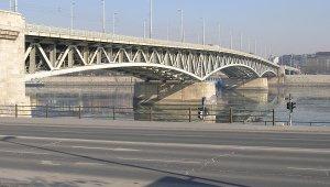Szombaton mossák a Petőfi hidat