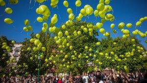 Több száz lufi festette zöldre az eget a Föld Napján